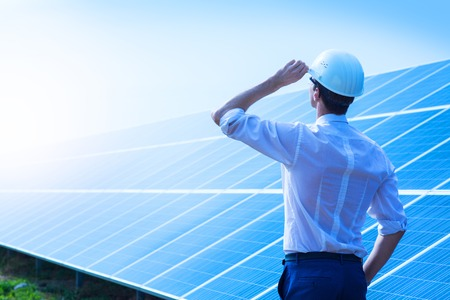 太陽光発電。ソーラー パネルの近くに立って男。再生可能エネルギー。 写真素材