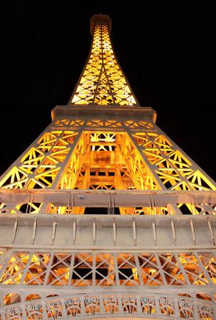 semblance: PATTAYA, Thailandia - 1 Maggio 2011: copia della Torre Eiffel in scala 1:25 nel parco in miniatura Mini Siam il 1 � maggio 2011 a Pattaya.