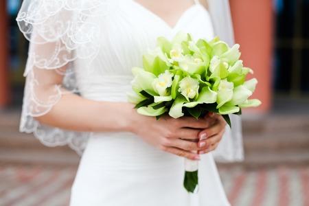 Bruidsboeket groen en witte jurk 1