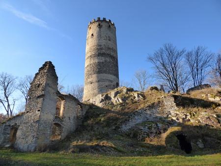 Ruïnes van een middeleeuws kasteel Stockfoto - 97929356