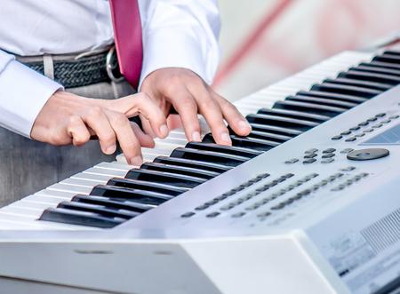 De muzikant speelt de toetsen groot Stockfoto