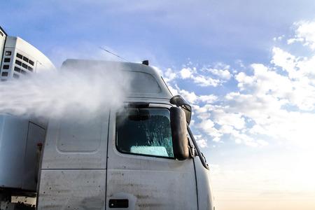 야외에서 트럭 세척