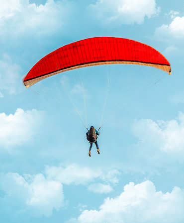 Paraglider in the air against the sky Banque d'images