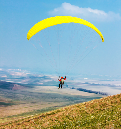 Man with a paraglider against the sky Imagens
