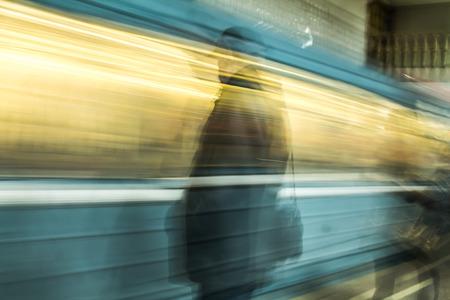 Voitures de métro en mouvement comme flou d'arrière-plan