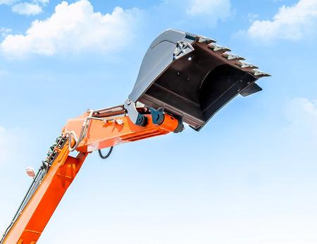 Benna dell'escavatore contro il cielo