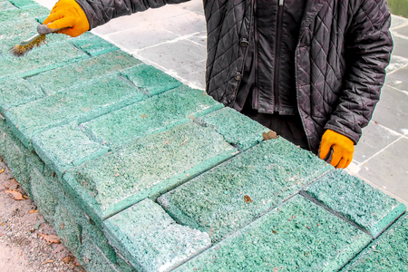 Laying artificial stone in manual Stockfoto