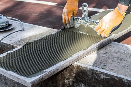 Verlegung von Marmorplatten auf Baufliesenkleber