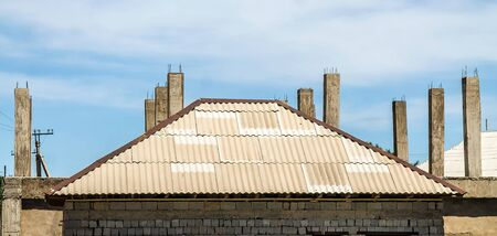 The roof of the house of the old wavy slate against the sky Banque d'images