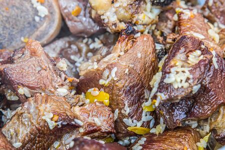 Roasted meat for pilaf in a cauldron close-up. Asian cuisine. Banque d'images