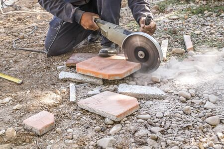 Paving stone cutting with hand power tools Banque d'images