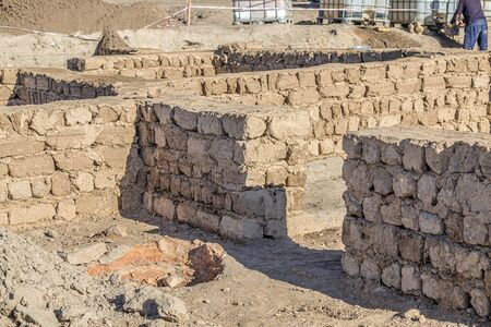 Reconstruction restoration of old clay walls at an archaeological site. Banque d'images