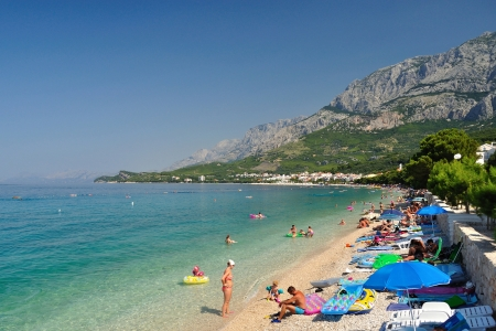 Fantastische strand met mensen in Tucepi, Kroatië Tucepi is een populair vakantieoord in Kroatië