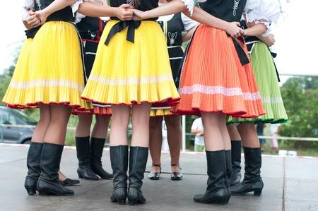 Fragment van de Slowaakse volksdans met kleurrijke kleren in Folk Festival Stockfoto