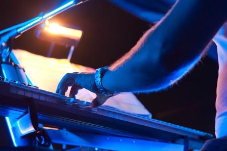 pianista: Pianista tocando un piano en concierto. Centrarse en la mano. Foto de archivo