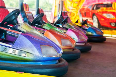 Kleurrijke elektrische bumper auto in Autodrom in de kermisattracties bij pretpark. Selectieve aandacht op de auto's Stockfoto