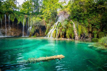 クロアチアのプリトヴィツェ湖国立公園の森の中で透き通った水を持つ素晴らしい滝。自然の風景