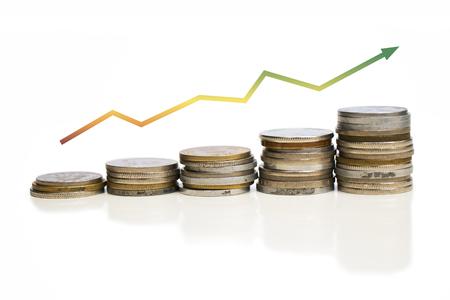 Monety zwiększające wartość wykresu ze strzałką. Wizerunek firmy. Kolorowy. Żółty. Cieniowane. Białe tło. Zdjęcie Seryjne