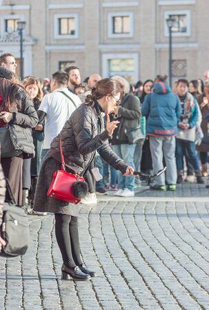 Vatikan, 21. Januar 2017. Junge Frauen machen Selfie auf dem Platz