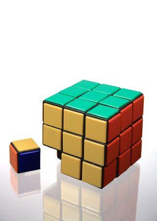 conundrum: Puzzle blocco isolato sdraiata sul fondo vetroso con riverbero
