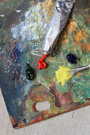 oil paints: Brocha y pintura al �leo sobre el fondo con la paleta de colores de madera