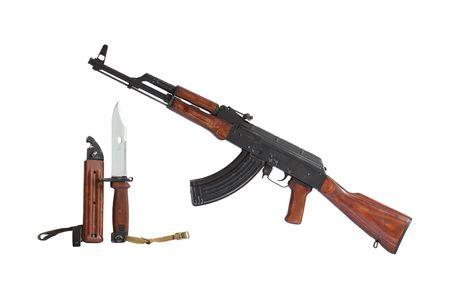 baionetta: Fucile mitragliatore AK47 e baionetta isolato su sfondo bianco