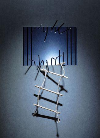 huir: Escalera de cuerda colgando de la pared de la c�rcel con barras de metal cortado