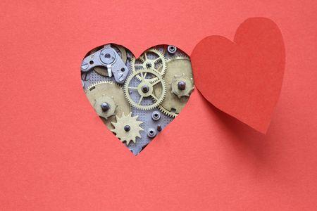 coeur sant�: M�canisme de l'horloge � l'int�rieur de la coupe Vieux coeur ouvert de papier rouge