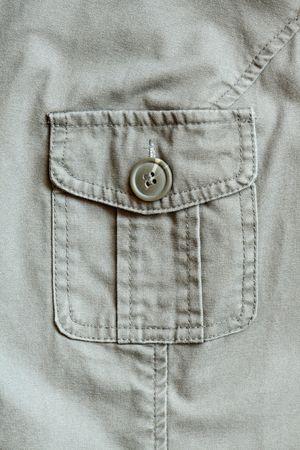 dry cleaned: Closeup estreme della tasca della giacca cachi chiuso con pulsante  Archivio Fotografico