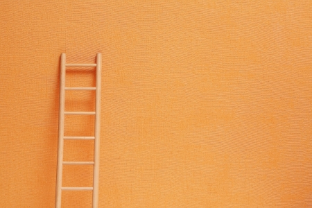 drabiny: Koncepcyjne tła z drewnianym Drabina imbir ścianę