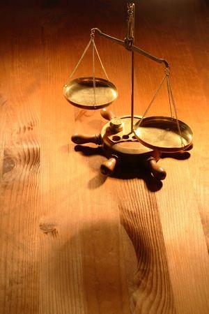 gewicht skala: Stehend auf sch�nen h�lzernen Hintergrund antiken Messing-Waage