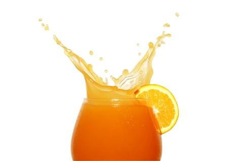 jus orange glazen: Glas sinaasappel sap geïsoleerd op een witte achtergrond spatten  Stockfoto