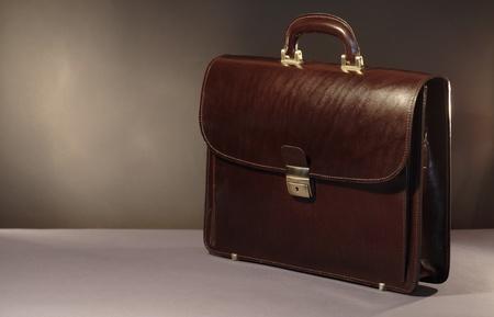 Neue braunem Leder Aktentasche auf dunklen Hintergrund mit Copy space