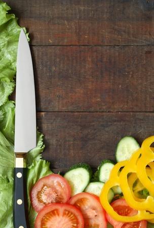 Küchenmesser und geschnittenen Gemüse lying on wooden Surface with Copy space