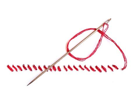 hilo rojo: Aguja con hilo rojo y cierre sobre fondo blanco Foto de archivo