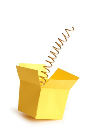 Metallfeder in offenen gelbes Papier-Feld.  Standard-Bild