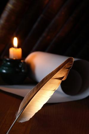 pluma de escribir antigua: Detalle de permanente de pluma pluma sobre un fondo oscuro con vela de iluminaci�n y desplazamiento Foto de archivo