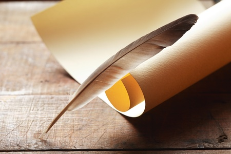 pluma de escribir antigua: Vendimia Bodeg�n con desplazamiento en blanco y una pluma en la superficie de madera Foto de archivo