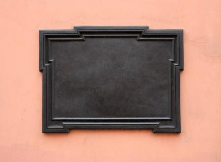 石の壁に空白の鋳鉄製プラーク。テキストまたはイメージを追加します。クリッピング パスが含まれています