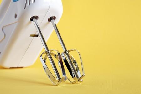 batteur �lectrique: Gros plan d'un batteur �lectrique nouvelle sur fond jaune
