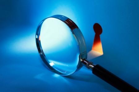 Spionage Konzept. Vergrößerungsglas in der Nähe Schlüsselloch mit Lichtstrahl
