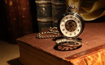 古代の本にお洒落な懐中時計のある静物