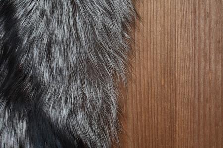silver fox: Primer plano de los recursos naturales piel de zorro plateado en la superficie de madera