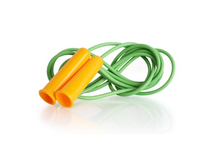 saltar la cuerda: Saltar la cuerda verde con mango de color amarillo sobre fondo blanco. Foto de archivo