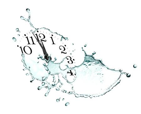 時間の概念。時計の文字盤と抽象的な白い背景の上の水が流れる