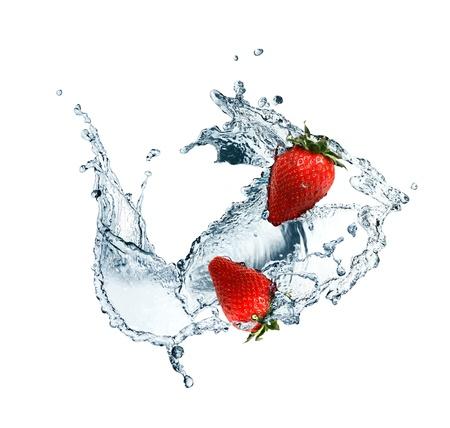 白い背景の上を流れる中赤いいちご水します。