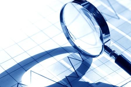 Business-Konzept. Vergr??erungsglas auf Papier Hintergrund mit Diagramm