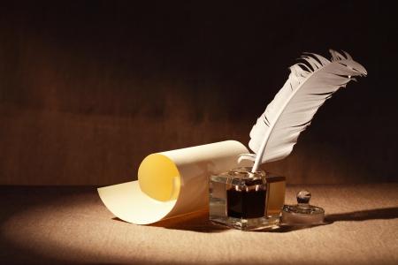 Literatur Symbol. Old inkstand Nähe scroll auf Leinwand Hintergrund