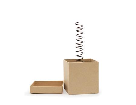 unexpectedness: Concepto de la sorpresa. Resorte del metal saltando de caja de cart�n. Trazado de recorte se incluye