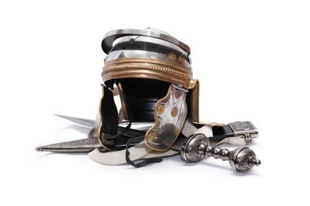 白い背景の上の剣の近くの古代ローマ軍ヘルメット